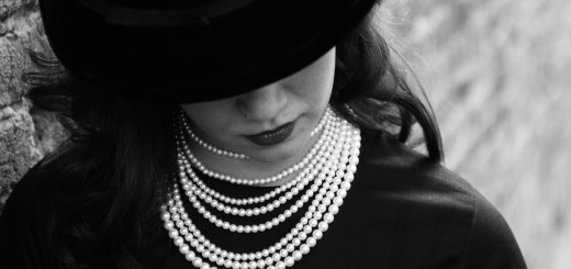 Woman with pearls and a hat